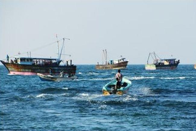 நெடுந்தீவு அருகே ராமேசுவரம் மீனவர்கள் 5 பேர் கைது