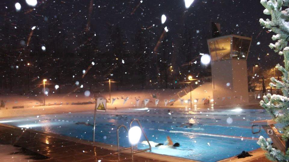 Snowy eavning akureyri swimming pool