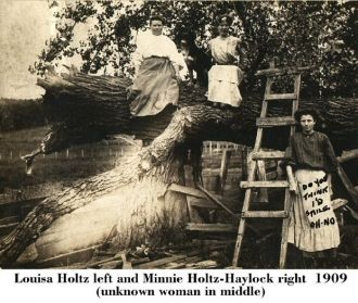 Louisa Holtz & Minnie (Holtz) Haylock, 1909 Iowa
