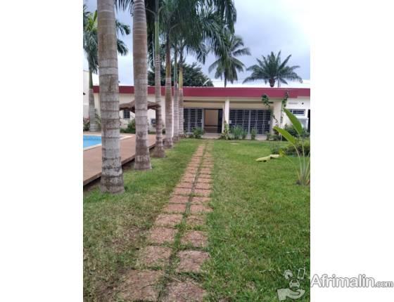 Une belle villa basse de 8 pièces de haut standing à louer à Cocody Mermoz