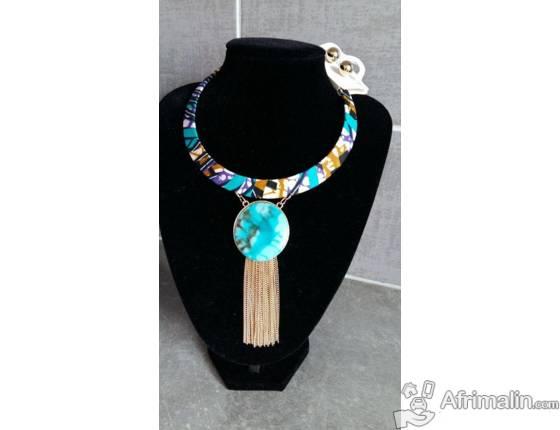 collier et boucles d'oreilles assorties
