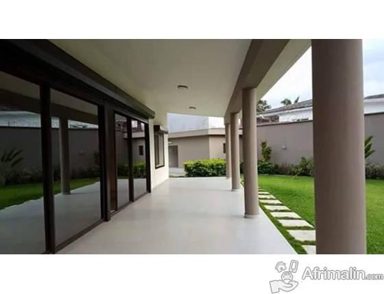 une villa a vendre abidjan r gion d 39 abidjan c te d. Black Bedroom Furniture Sets. Home Design Ideas