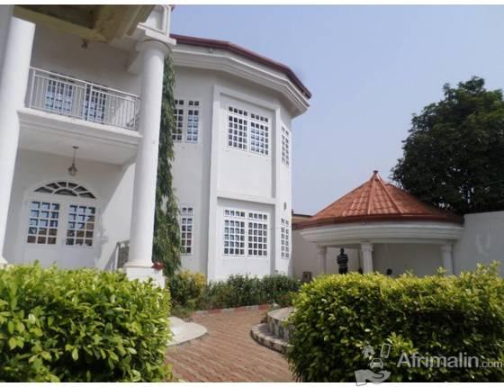 Belle villa spacieuse a louer dans le quartier de nongo for Belle piscine de particulier 10 accueil location de villa en guadeloupe