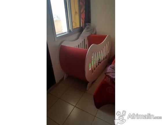lit de bebe a vendre abidjan r gion d 39 abidjan c te d 39 ivoire jouets accessoires pour. Black Bedroom Furniture Sets. Home Design Ideas