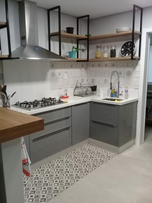 4. 1 - Entrada - cozinha para a direita e atras área de serviço - 1
