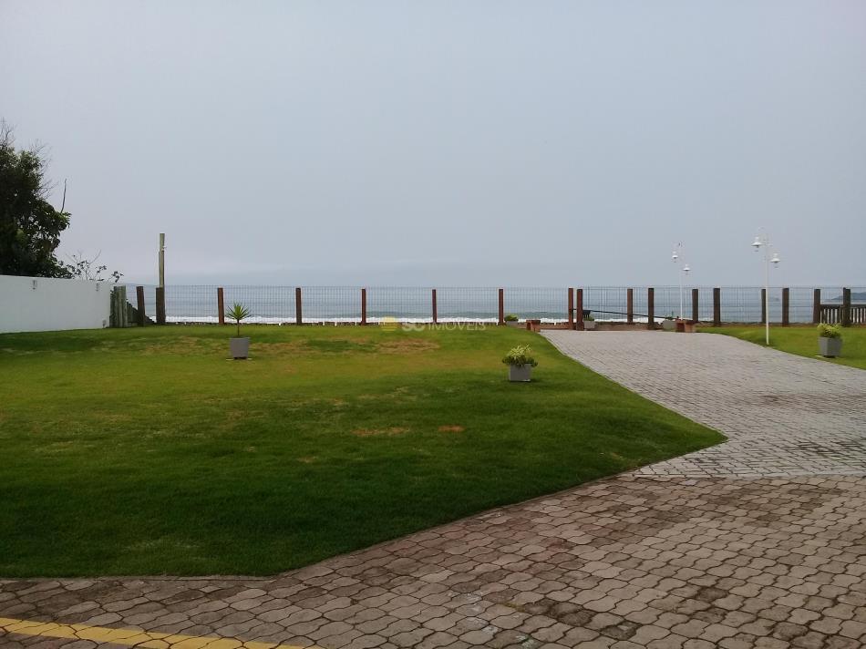 33. Jardim traseiro com saída para o mar