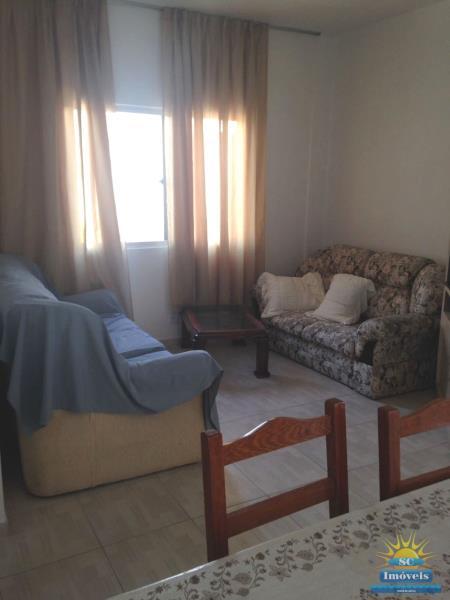 30. Sala (parede atrás do sofa que divide as duas casas, pode abrir e juntar as casas)