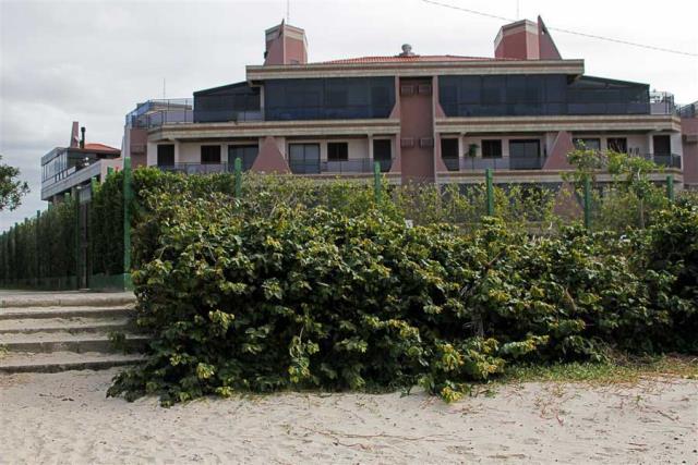 42. Fachada vista da praia