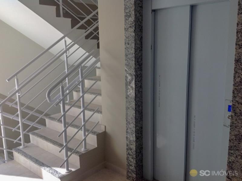 25. Elevador/escadas