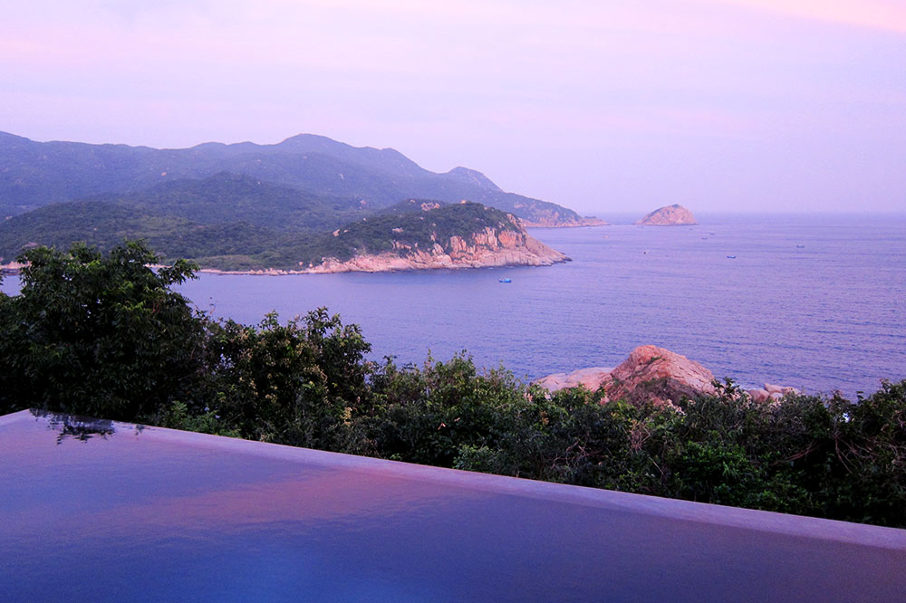 The pool with a view of the ocean at Amanoi