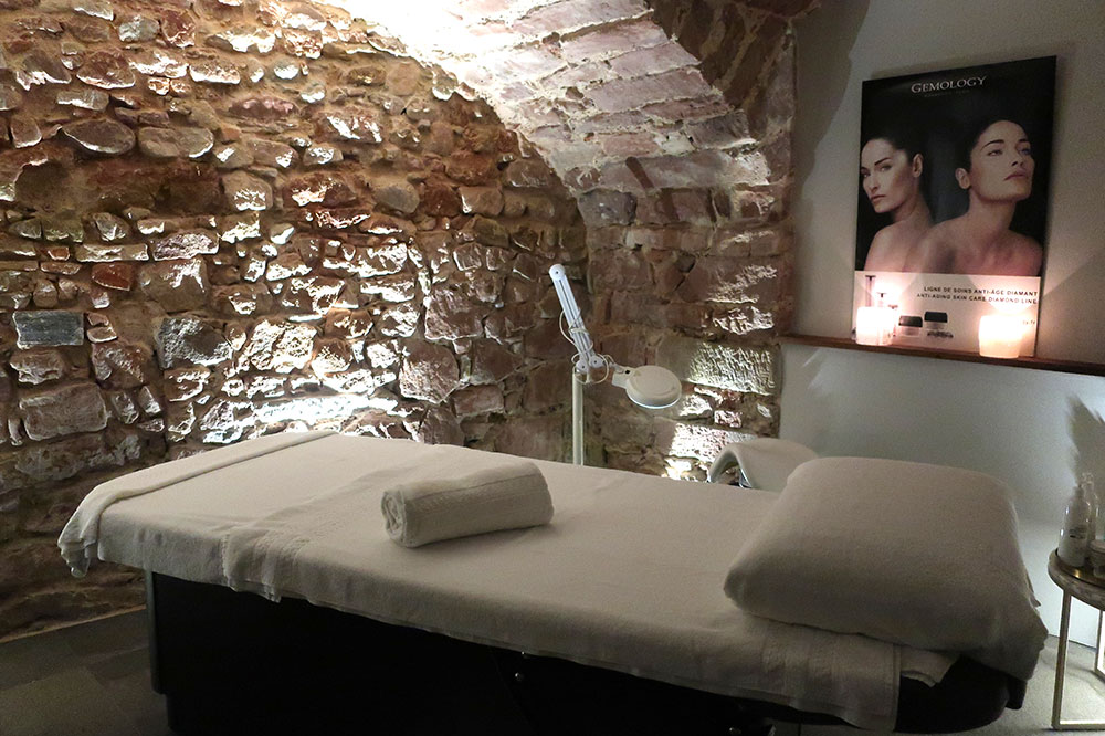 A spa treatment room at 5 Terres Hôtel & Spa