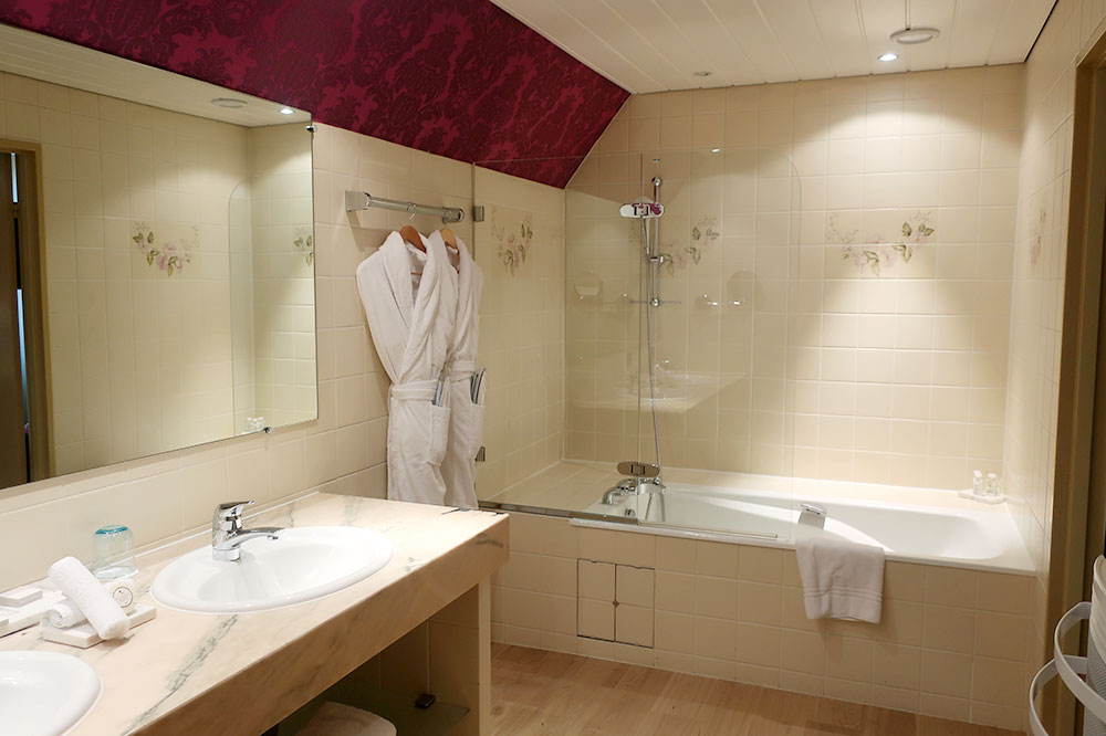 The bath of our Superior Deluxe Room at Le Chambard