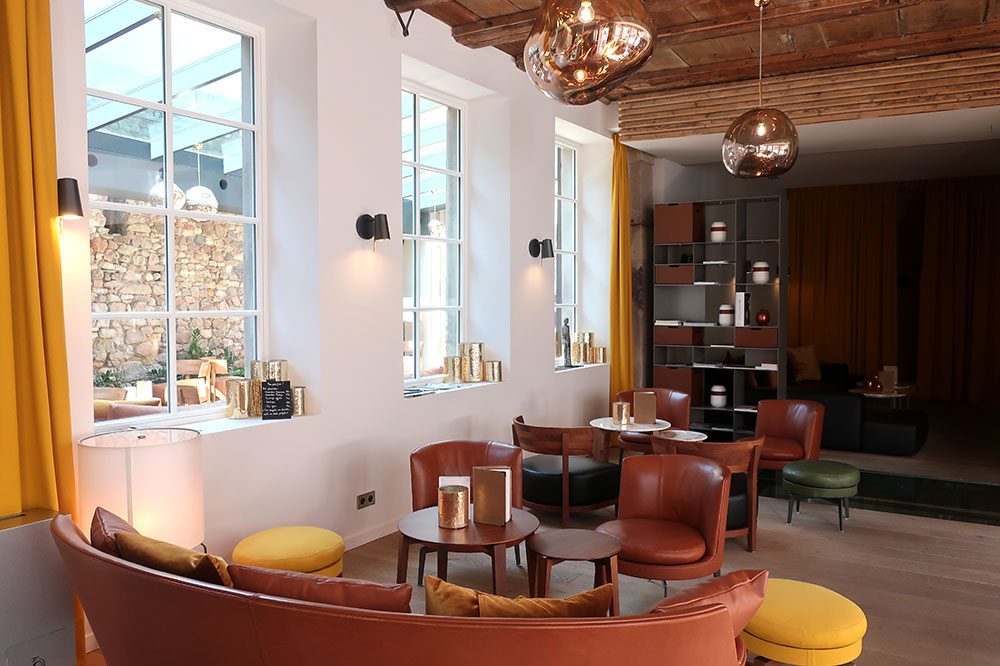 The library-lounge at 5 Terres Hôtel & Spa