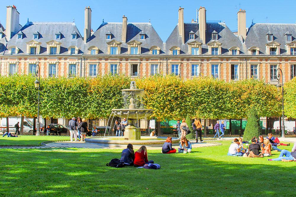 Place des Vosges with a view of Pavillon de la Reine
