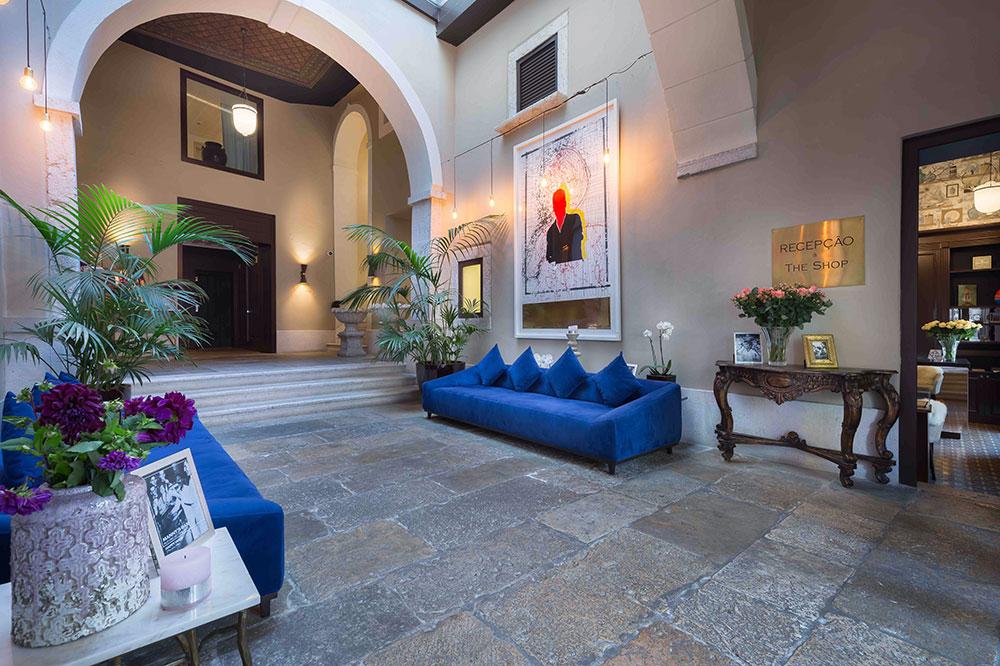 The lobby of Santiago de Alfama