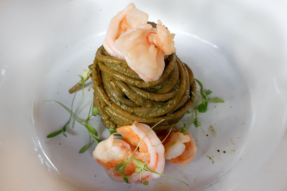 Spaghettoni with pesto and shrimp at Cuna de Tierra