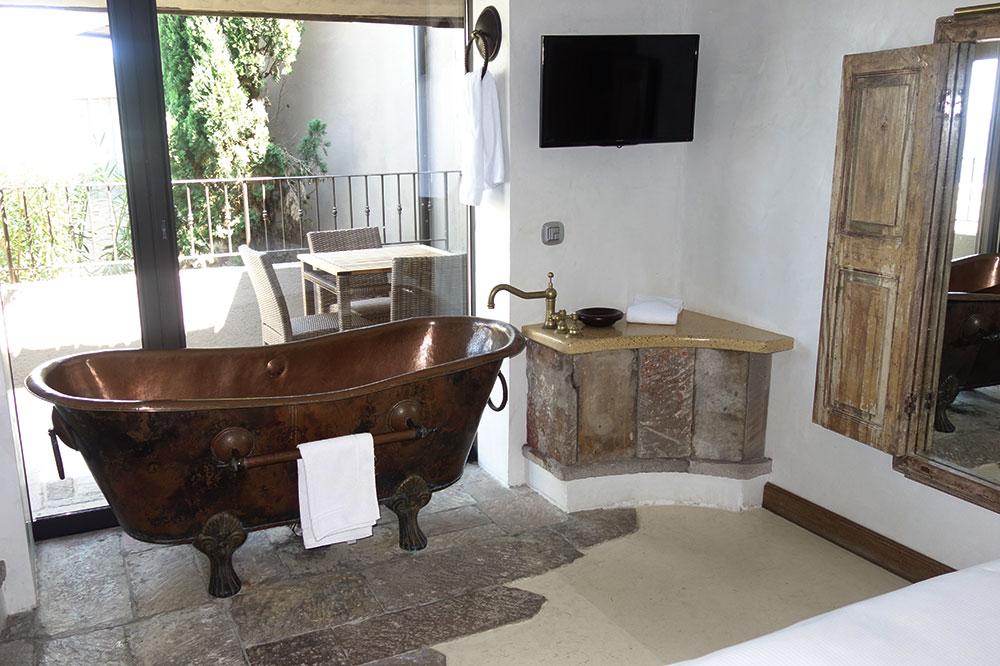 The bath of our suite at U Capu Biancu