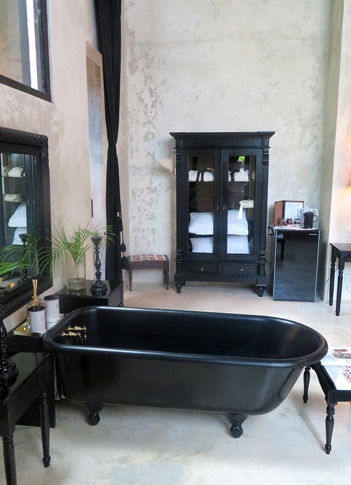 The bath of our Master Suite at Mesón de Malleville