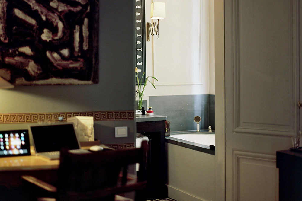 The interior of the Italian Room with a view into the bath at B & B Hôtel Verhaegen