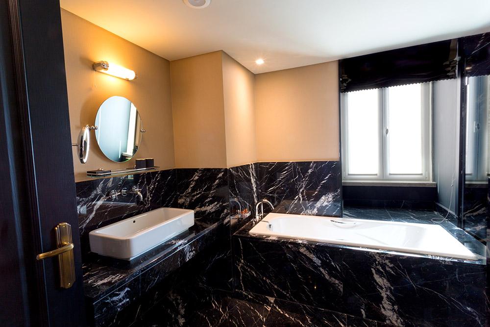 Bath of a Junior Suite at the Valverde Hotel