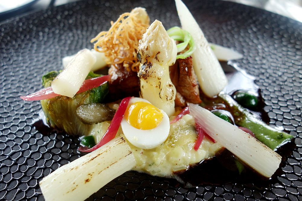 Roasted veal with asparagus and a quail's egg from <em>MOS Amsterdam</em>