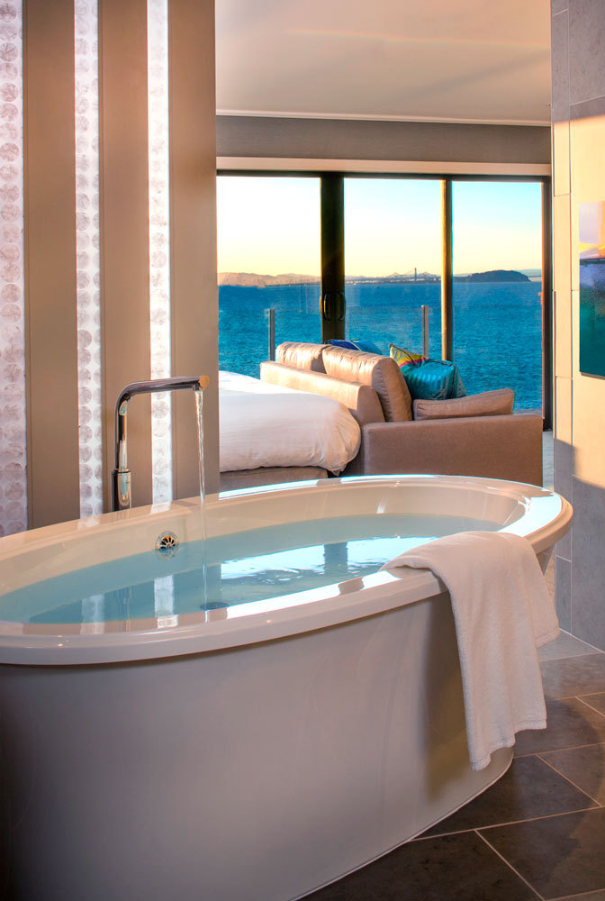 Panorama Suite bathtub