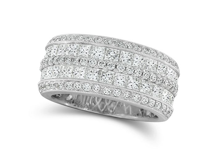Round brilliant cut and princess cut diamond ring in 18k white gold.
