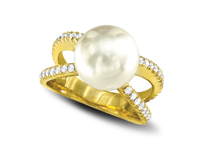 South Sea pearl and round brilliant cut diamond ring in 18k yellow gold.