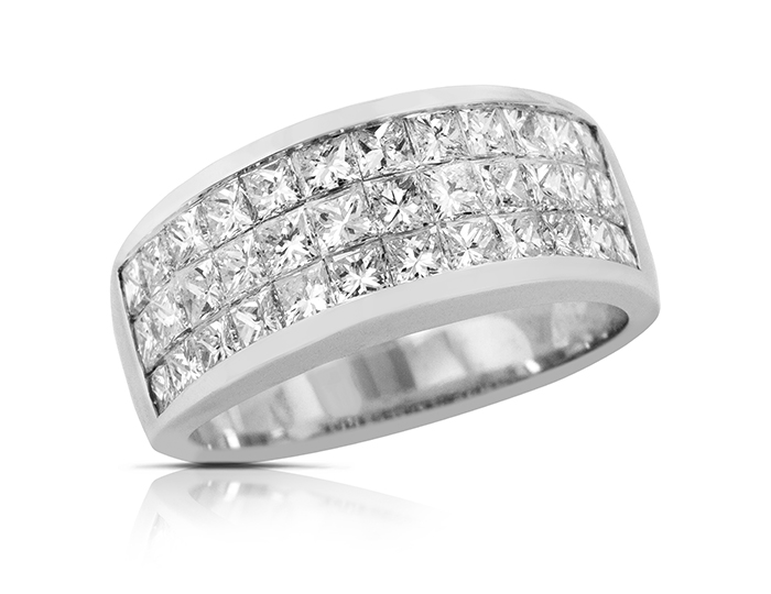 Princess cut diamond ring in 18k white gold.