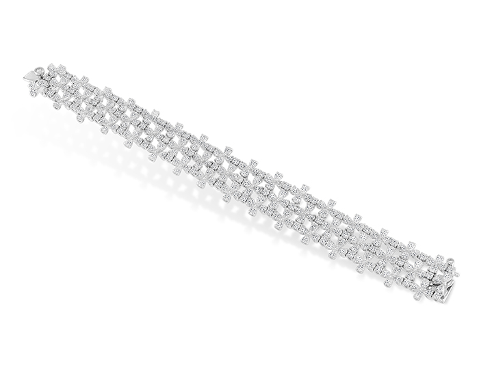 Round brilliant cut diamond diamond bracelet in platinum.