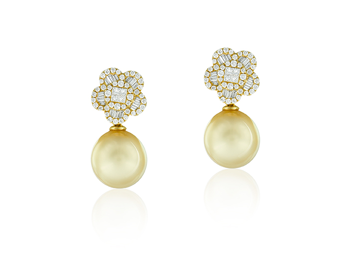 Golden South Sea pearl and diamond earrings in 18k yellow gold.