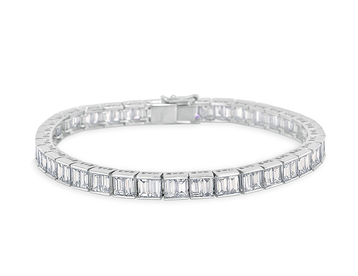 Baguette cut diamond bracelet in platinum.