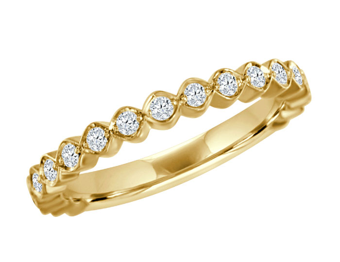 Round brilliant cut diamond ring in 18k yellow gold.