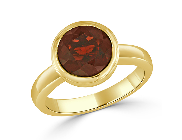 Round garnet ring in 18k yellow gold.
