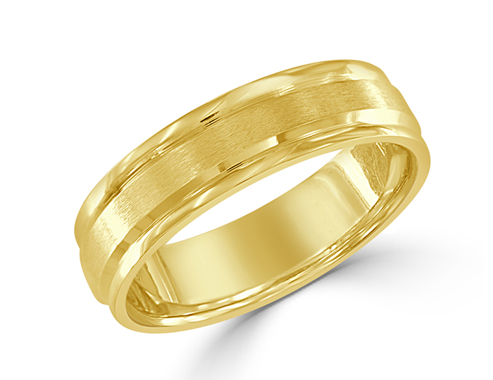 Men's wedding band in 18k yellow gold.