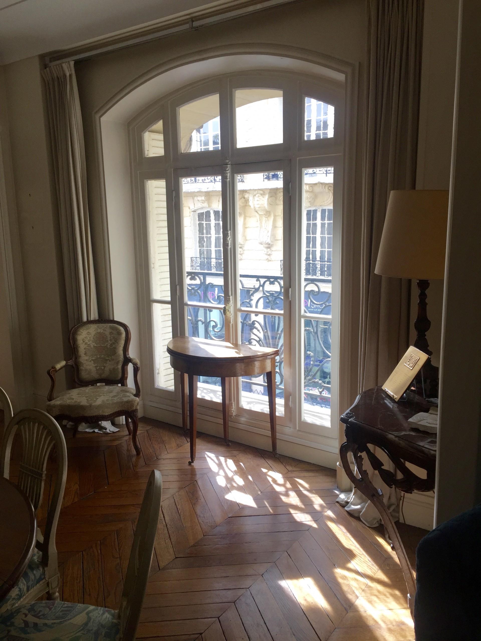 la-clef-des-villes-agence-immobiliere-paris-16-photo-appartement-la-muette-sejour-exposition-ouest