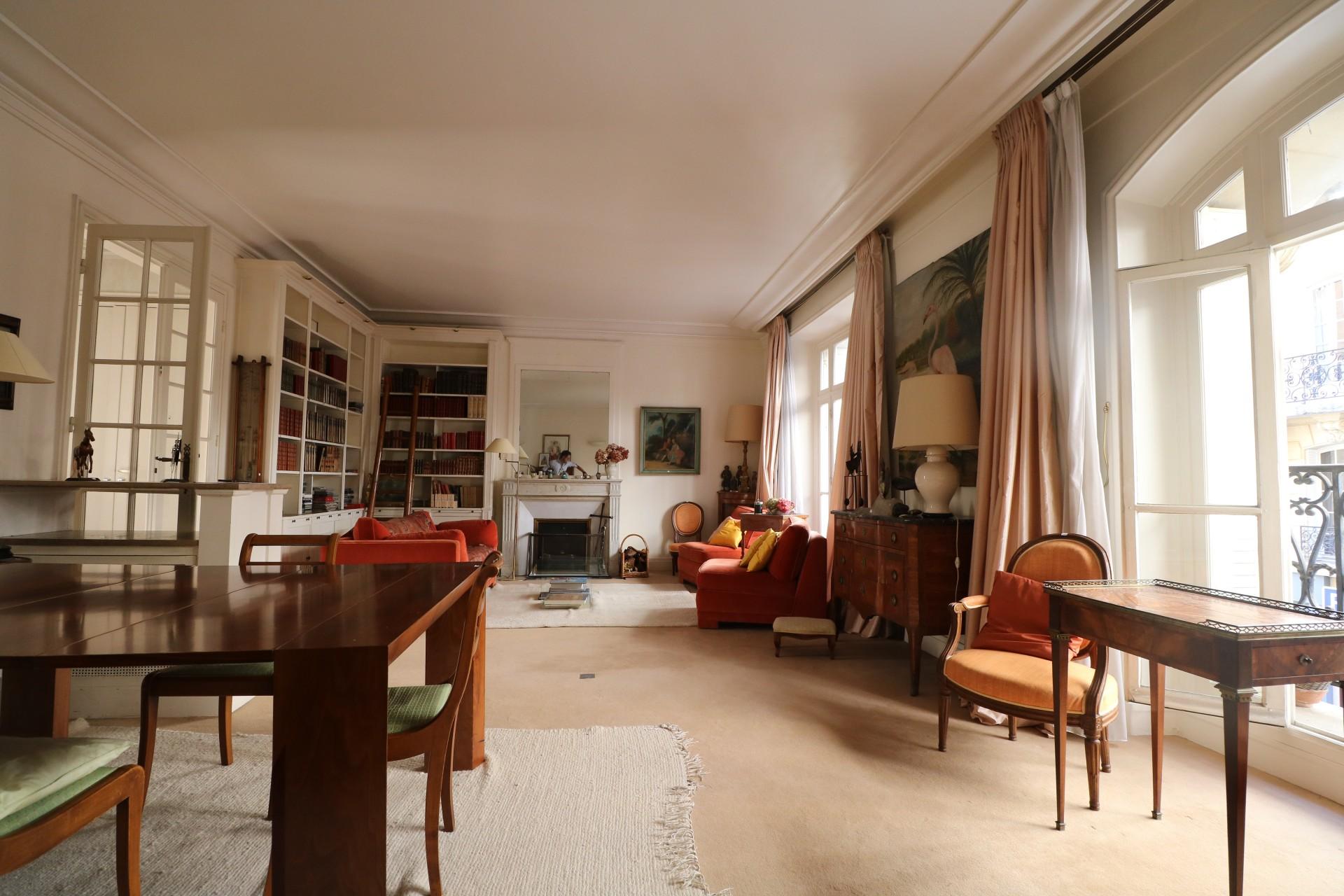 la-clef-des-villes-agence-immobiliere-paris-16-metro-ranelagh-photo-appartement-sejour-lumineux-cheminee-moulures