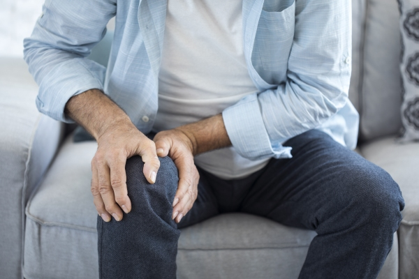 Man holding knee – reduce inflammation