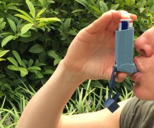 Alchemlife-Phytorelief CC: Person using Asthma Inhaler