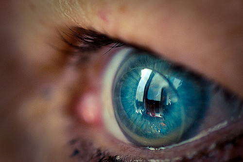 Color-changing contact lens can monitor eye treatments