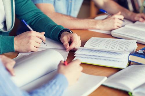 Ter o hábito de ler sobre diferentes assuntos ajuda a interpretar melhor os textos.