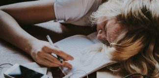 Videogame, celular ou TV são itens que podem colaborar com a procrastinação e atrapalhar o seu rendimento nos estudos para concursos