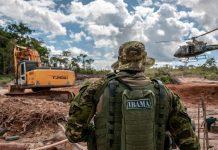Profissional do Ibama acompanhando uma ação em terras brasileiras