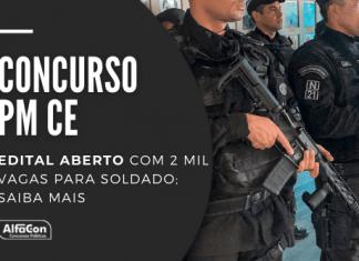 Policiais Militares armados, lado a lado
