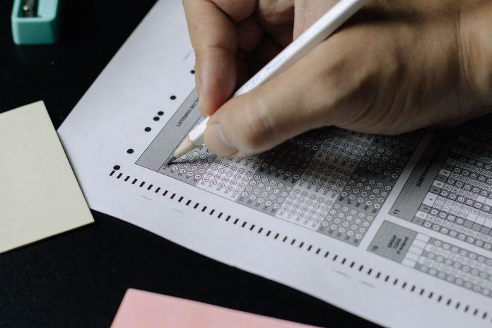 Pessoa-escrevendo-em-um-papel (1)