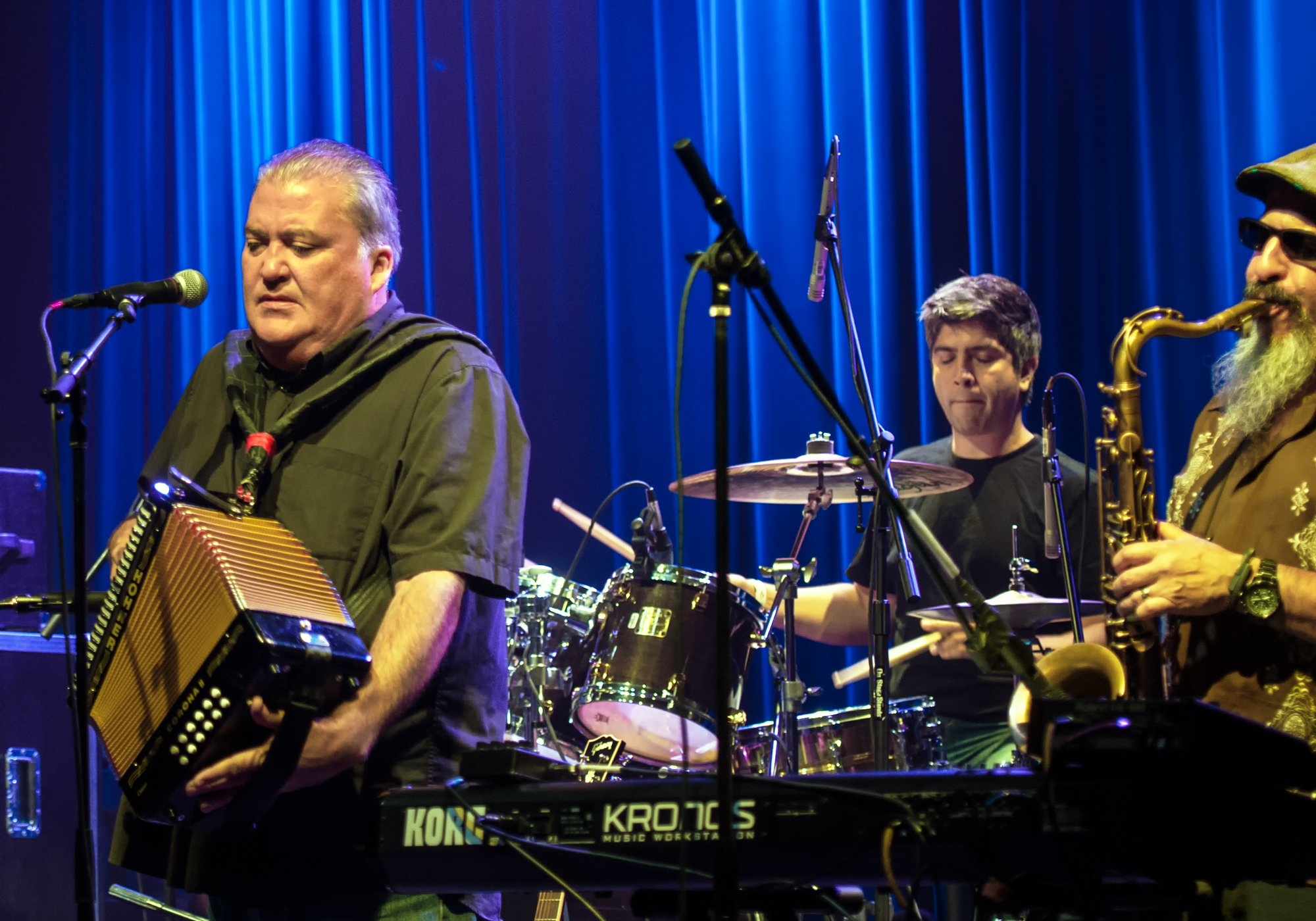 """David Hidalgo, Enrique """"bugs"""" Gonzalez, Steve Berlin With Los Lobos At Vee Quiva Casino"""