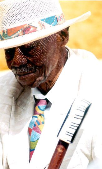 Pinetop Perkins Getting His 'Topper'