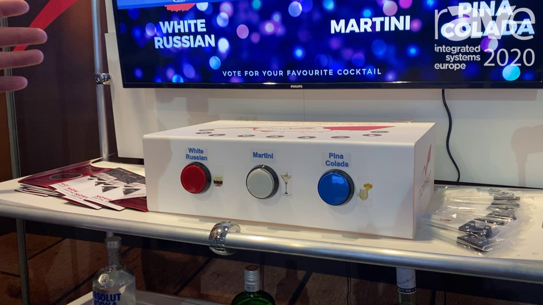 ISE 2020: NoviSign Demos 3-Button Box with Digital Signage Software and Barcode Scanner in German