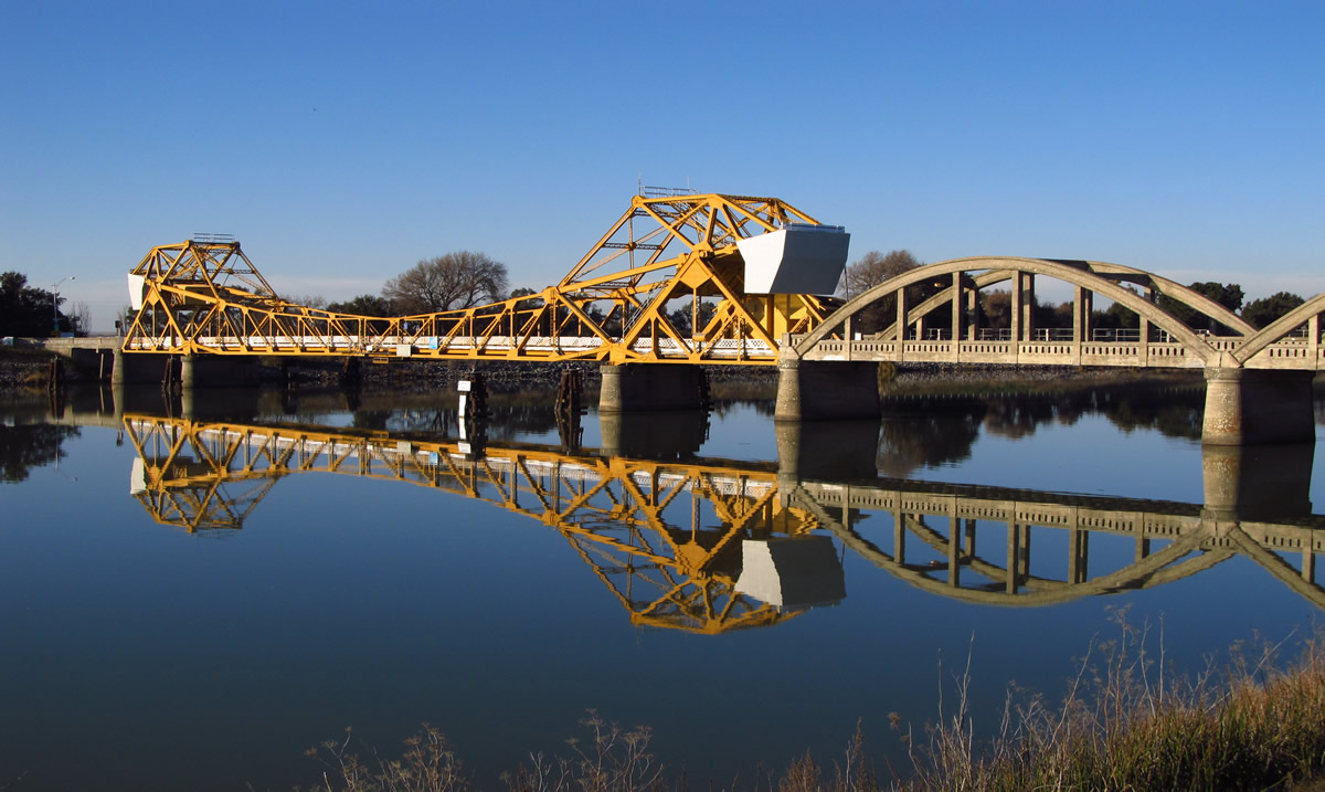 Bridge across the Sacramento River | Jasperdo (Flickr)