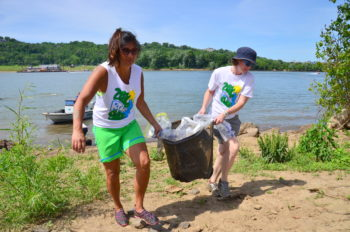 Teamwork was key to pulling 1 million pounds of trash out of the river at the Ohio River Sweep. | Lisa Cochran